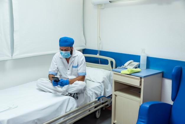 病院施設で消毒および衛生作業を行う清掃スタッフ Premium写真