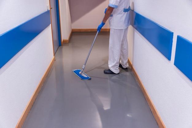 병원 시설에서 소독 및 위생 작업을 수행하는 청소 직원