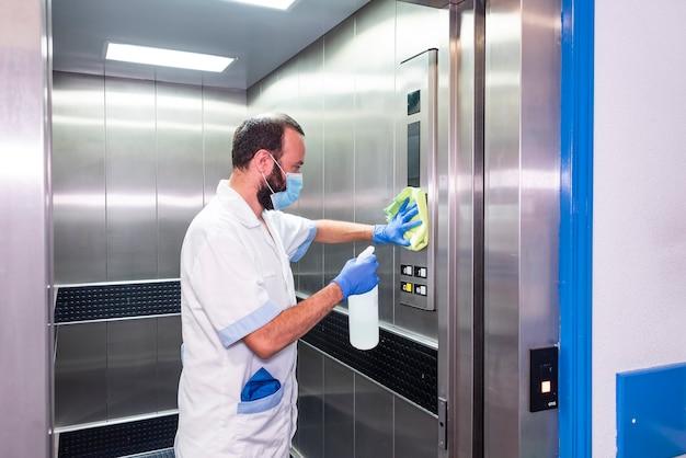病院施設で消毒および衛生作業を行う清掃スタッフ
