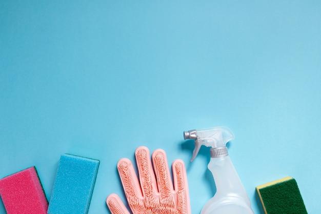 青い背景のクリーニング用品コレクション。家事のコンセプト。クリーニングツール。