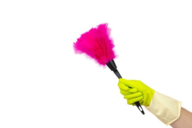 Концепция чистящих средств. рука с мягкой пурпурной тряпкой, синтетическое перо веник изолировать на белом. концепция очистки, услуги по уборке.