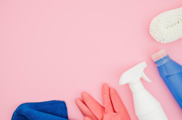 분홍색 배경에 청소 용품