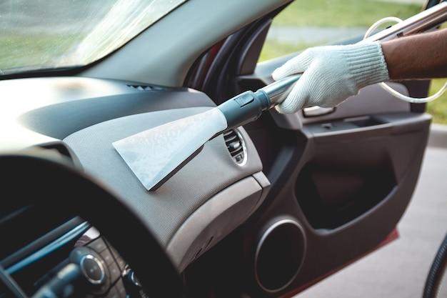 진공 청소기로 자동차 내부 청소