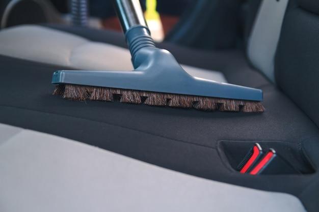 掃除機で車内を掃除する