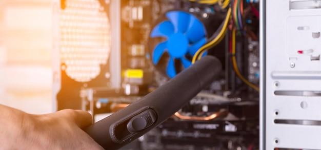 진공 청소기로 먼지로부터 데스크탑 컴퓨터의 시스템 장치를 청소합니다.