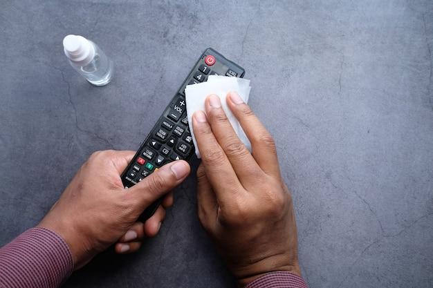 抗菌布地ティッシュでテレビのリモコンをクリーニング。
