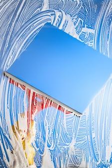 スキージで窓を掃除する