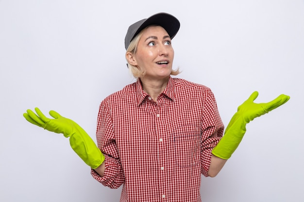 格子縞のシャツとキャップを身に着けている女性を掃除する