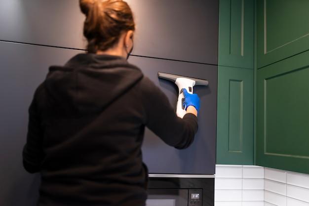 Очищает кухонные шкафы