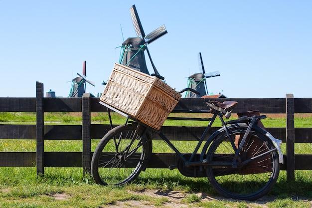 Ясная и традиционная достопримечательность голландии: велосипед и мельницы