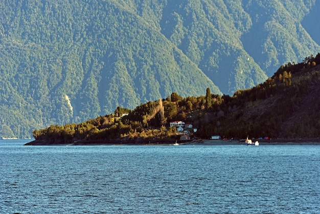 鬱蒼とした緑の森に囲まれた澄んだ青い湖