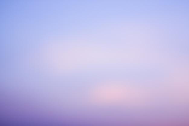 背景として曇りで澄んだ青い紫色の空