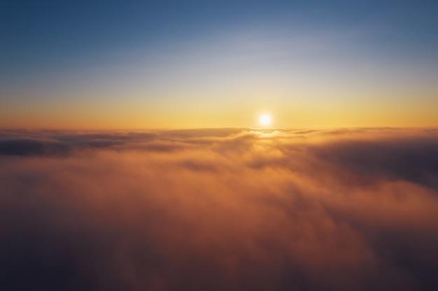Ясное голубое небо над облаками во время восхода солнца. драматические облака на рассвете.