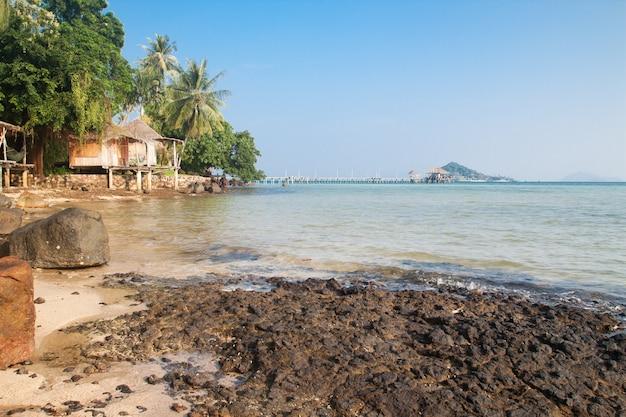 Ясное голубое небо и море в koh mak, таиланд
