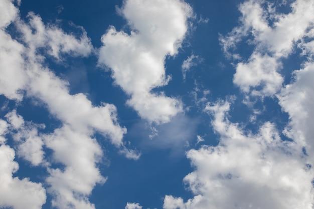 澄んだ青空と積雲の雲。自然な背景。