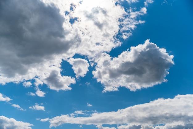 Чистое голубое небо с белыми облаками, фон
