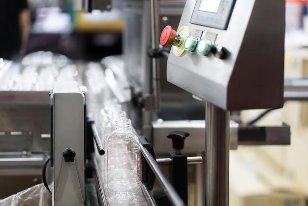 컨베이어 벨트 시스템에서 투명한 병 이송.
