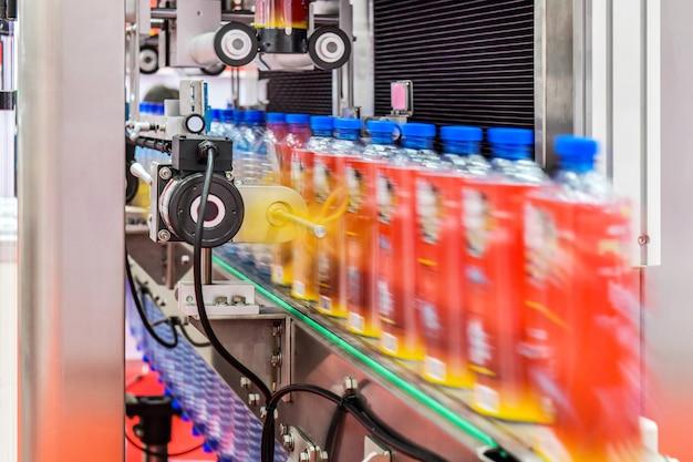 Передача clear bottles на автоматизированных конвейерных системах промышленной автоматизации для упаковки