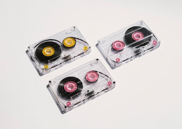 スポットライトの下でカセットテープをクリア