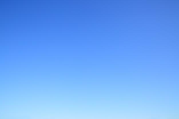 Ясное безоблачное голубое небо - абстрактный фон фото