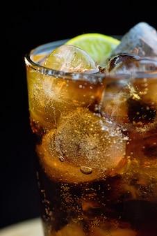 氷とレモンが入った透明なグラス