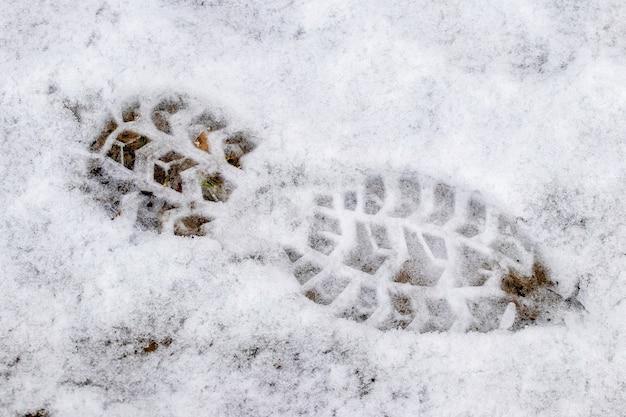 白い雪にはっきりとした靴の足跡
