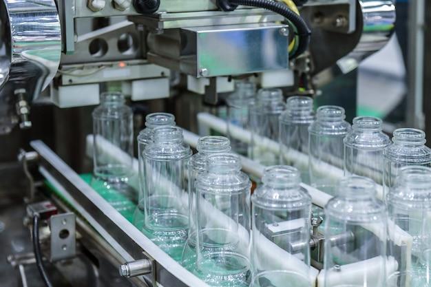 Транспортировка прозрачных стеклянных бутылок на автоматизированные конвейерные системы промышленной автоматизации для упаковки