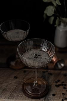 Tazza di vetro trasparente sulla tavola di legno marrone