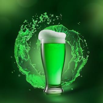 그 뒤에 둥근 녹색 스플래시와 신선한 알코올 맥주 음료의 투명 유리. 해피 성 패트릭의 날 개념.
