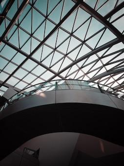 Здание с прозрачной стеклянной стеной