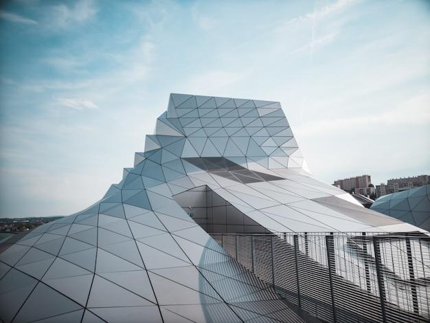 青い空の下の透明なガラス張りの建物
