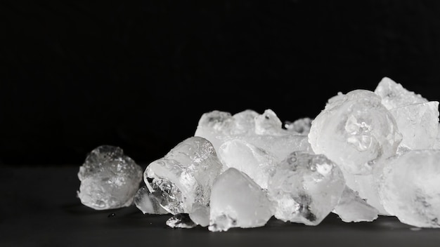 Чистый лед, лежащий в куче