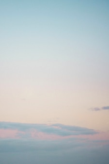 澄んだピンクと青の空の背景