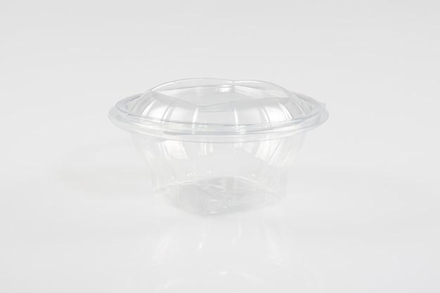 球形のドームキャップが付いている明確なプラスチックコップふたが付いている空の透明で使い捨て可能なプラスチックコップ
