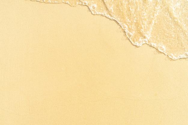 澄んだ砂のビーチと背景のコピースペースを持つビーチのモーションブラー波の泡