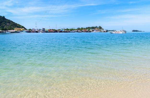 タイクラビ県南部のランタイアランドの澄んだ海とビーチ