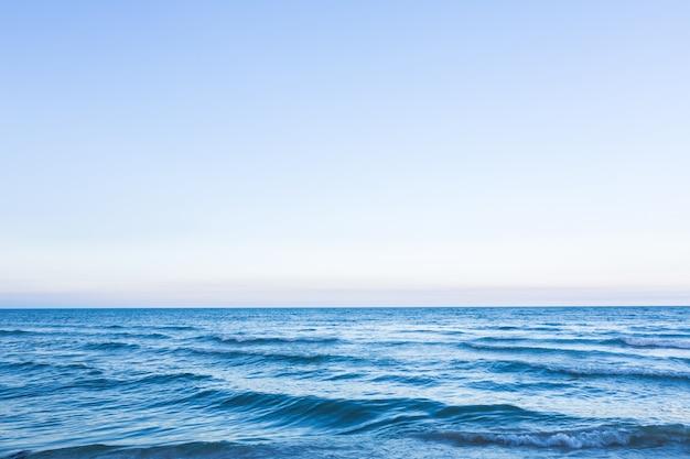 Ясного неба с голубым морем