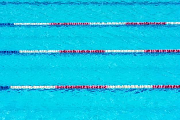 투명한 수영장 물 배경을 지웁니다. 가로 샷