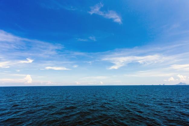 Чистая вода и голубое небо