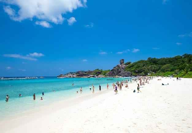Чистая вода красивое море как рай на симиланских островах, пханг-нга, таиланд