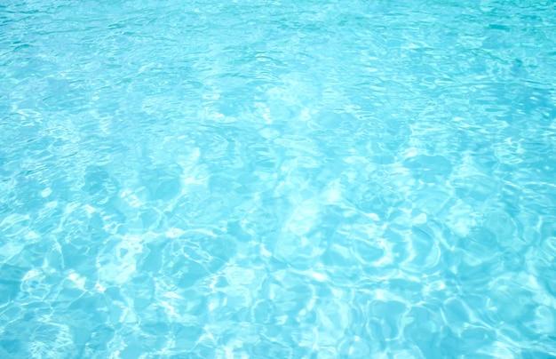 澄んだ水青い海の波の背景