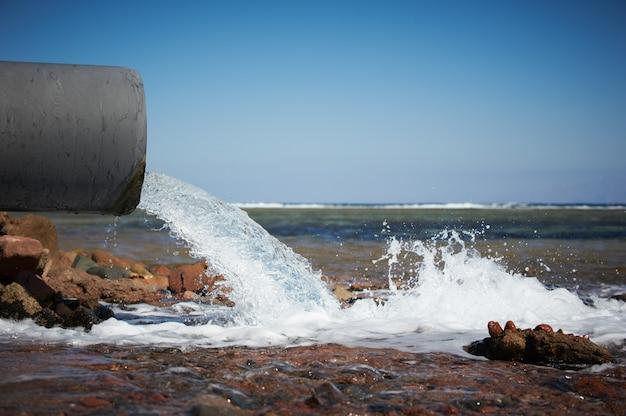 깨끗한 물이 파이프에서 바다로 흐릅니다.