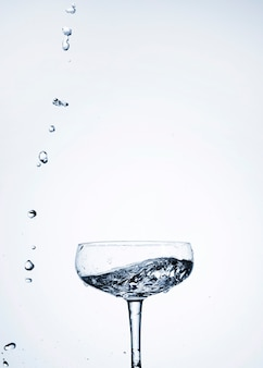 Acqua limpida in primo piano di vetro con spazio di copia