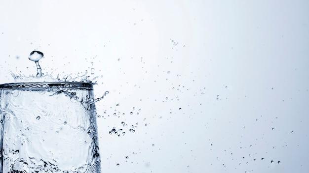Acqua limpida in vetro con copia spazio