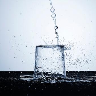 유리 클로즈업에서 맑은 물