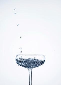 빈 공간을 가진 유리에 맑은 물