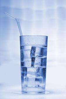 Чистая вода со льдом в стакане