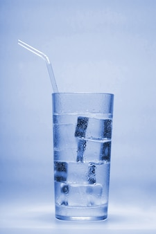 グラスに氷を入れた澄んだ水