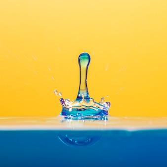 オレンジ色の澄んだ水滴