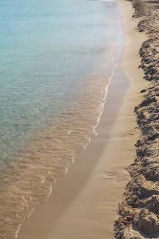 ギリシャのクレタ島の熱帯の砂浜の澄んだ波と色とりどりの砂。